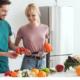 Casal se alimentando de produtos orgânicos